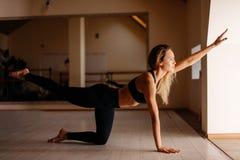Donna che fa esercizio della plancia con le gambe allenamento di addestramento di concetto Immagine Stock Libera da Diritti