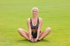 Donna che fa esercizio di allungamento di forma fisica all'aperto Fotografie Stock