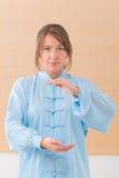 Donna che fa esercizio di 'chi' del tai del gong di Qi Fotografia Stock Libera da Diritti