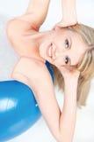 Donna che fa esercizio sulla palla di pilate immagini stock libere da diritti