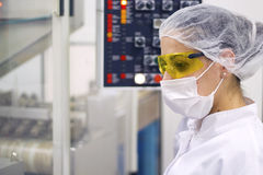 Donna che fa funzionare il pannello di controllo - fabbricazione farmaceutica Immagine Stock