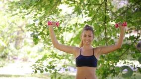 Donna che fa gli esercizi con la testa di legno nel parco archivi video