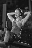 Donna che fa gli esercizi di forza per i muscoli dell'ABS Immagine Stock Libera da Diritti