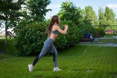 Donna che fa gli esercizi nel parco Fotografie Stock