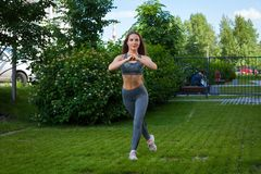 Donna che fa gli esercizi nel parco Immagini Stock Libere da Diritti