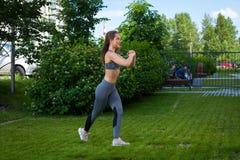Donna che fa gli esercizi nel parco Immagine Stock