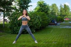 Donna che fa gli esercizi nel parco Fotografia Stock Libera da Diritti