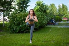 Donna che fa gli esercizi nel parco Immagine Stock Libera da Diritti