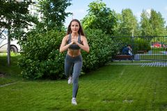 Donna che fa gli esercizi nel parco Fotografia Stock