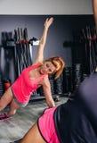 Donna che fa gli esercizi nella classe aerobica con la a Immagini Stock Libere da Diritti