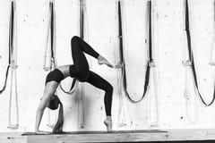 Donna che fa gli esercizi in palestra, allungamento di yoga di addestramento della ragazza di forma fisica di sport Fotografie Stock