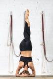 Donna che fa gli esercizi in palestra, allungamento di yoga di addestramento della ragazza di forma fisica di sport Immagine Stock Libera da Diritti