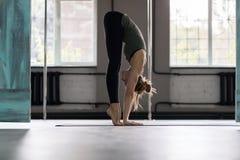 Donna che fa gli esercizi in palestra, allungamento di yoga di addestramento della ragazza di forma fisica di sport Immagini Stock