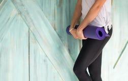 Donna che fa gli esercizi in palestra, allungamento di yoga di addestramento della ragazza di forma fisica di sport Fotografie Stock Libere da Diritti