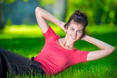 Donna che fa gli esercizi per i muscoli addominali Fotografia Stock Libera da Diritti