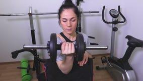 Donna che fa gli esercizi per i muscoli del braccio archivi video