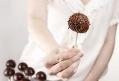 Donna che fa gli schiocchi del dolce Fotografie Stock Libere da Diritti
