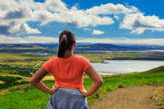 Donna che fa gli sport all'aperto in montagne Fotografia Stock