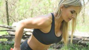 Donna che fa gli sport nella foresta video d archivio