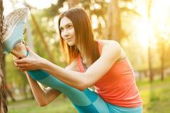 Donna che fa gli sport in parco Fotografia Stock