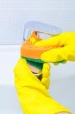 Donna che fa i lavoretti in bagno a casa Fotografia Stock