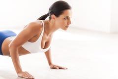 Donna che fa i push-ups Fotografia Stock