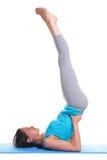 Donna che fa il basamento della spalla di yoga Immagini Stock