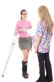 Donna che fa il broncio pagando le sue fatture mediche fotografia stock libera da diritti