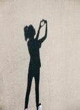 Donna che fa il cuore del segno Immagini Stock Libere da Diritti