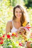 Donna che fa il giardinaggio con le rose fotografie stock