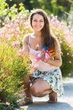 Donna che fa il giardinaggio con le rose Fotografia Stock