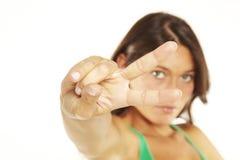 Donna che fa il segno di vittoria con la sua mano Fotografia Stock
