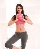Donna che fa il suo allenamento sistematico di esercizio Fotografia Stock