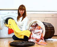 Donna che fa la lavanderia (selezionare) Immagini Stock Libere da Diritti