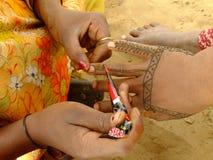 Donna che fa la pittura del hennè, India Immagini Stock