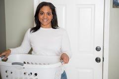 Donna che fa lavanderia fotografia stock libera da diritti
