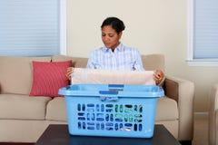 Donna che fa lavanderia fotografia stock