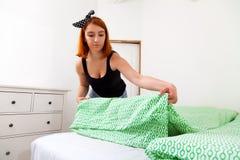 Donna che fa lavori domestici fotografie stock libere da diritti