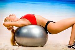 Donna che fa le esercitazioni di forma fisica Fotografie Stock Libere da Diritti
