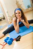Donna che fa le esercitazioni di forma fisica Fotografia Stock Libera da Diritti