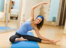 Donna che fa le esercitazioni di forma fisica Fotografia Stock