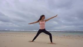 Donna che fa le esercitazioni di yoga stock footage