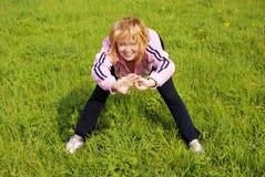 Donna che fa le esercitazioni fisiche Immagini Stock
