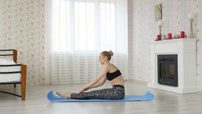 Donna che fa le posizioni di yoga, tecniche di meditazione video d archivio