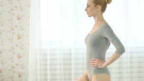 Donna che fa le posizioni di yoga, tecniche di meditazione stock footage