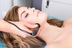 Donna che fa le procedure cosmetiche Fotografie Stock