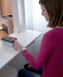 donna che fa le sue scandire impronte digitali Fotografia Stock