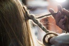 Donna che fa le trecce allo studio dei capelli Immagini Stock Libere da Diritti