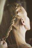 Donna che fa le trecce allo studio dei capelli Fotografia Stock Libera da Diritti