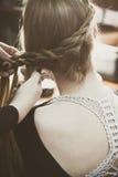 Donna che fa le trecce allo studio dei capelli Immagine Stock Libera da Diritti
